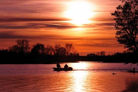 the boat on the river: Pesca en Puesta de sol en Waller