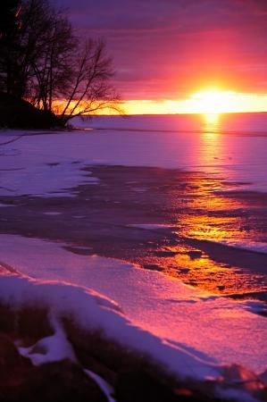Eerste Kerstdag Zonsondergang op Petenwell Lake, Wisconsin - Verticale