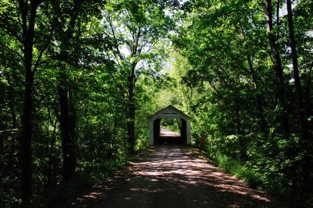 Down a Rustig, overdekte brug, Back Road - Marshall Covered Bridge in Indiana - 1917