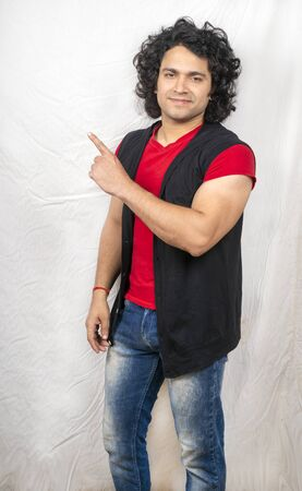 indian male model wearing red tshirt side hand pose navigation Zdjęcie Seryjne