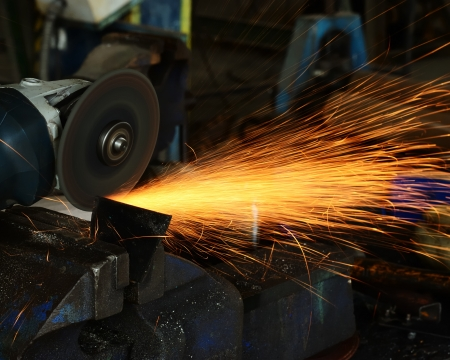Metal plate sawing by a little grinding wheel tool