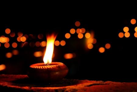 candil: L�mpara de aceite con el fondo oscuro y bokeh Foto de archivo