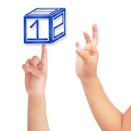 jardin de infantes: Punto de la mano del ni�o a azul 123 caja y bien s�mbolo en blanco aislado Foto de archivo