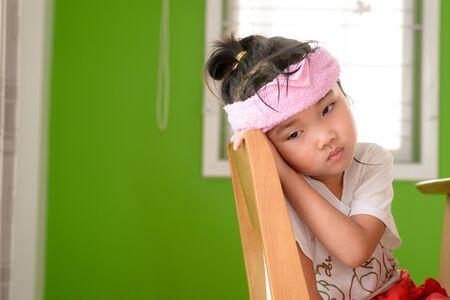 chory: Kid na zwolnieniu nastroju usiąść na krześle Zdjęcie Seryjne