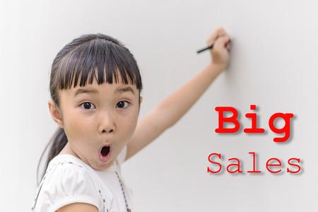 cara sorpresa: Escritura Kid en la pared con la cara de sorpresa para gran palabra de ventas