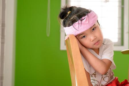 chory: Kid na zwolnieniu nastroju z zimną opakowanie Zdjęcie Seryjne