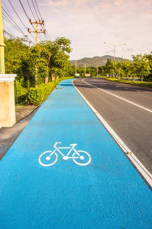 aktywność fizyczna: rower symbol pasa na drodze w Nakhon Nayok, Tajlandia. Pas rower został zbudowany w celu promowania aktywności fizycznej.