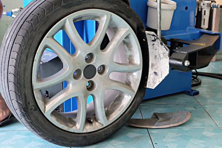 pneumatic tyres: Auto mechanic manually changing the. Mechanic changing a car tire closeup Stock Photo