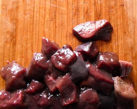 Fresh meat cut into pieces on a wooden Board 版權商用圖片