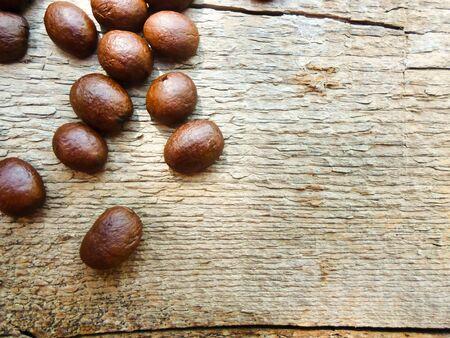 木製のテーブルの上に大きなコーヒーの粒。テキストの配置。背景画像