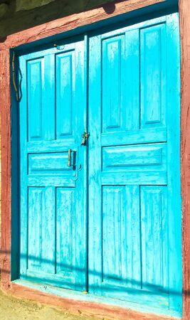 old broken door in an abandoned house Banque d'images - 137891844