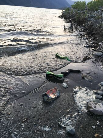 Ecological problem of pollution of plastic debris in the ocean. Pollution of plastic bottles of water in the ocean environmental concept Foto de archivo - 143261154