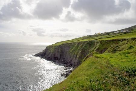 アイルランドの海岸沿いの崖を見落とす glistenning 大西洋 写真素材