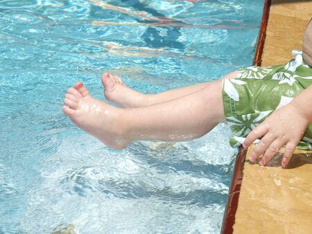 Foto van de voeten van een kind spelen in een zwembad