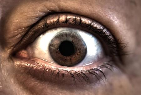un ojo marrón de miedo directamente en  Foto de archivo