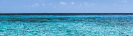 playas tropicales: Panorama de la laguna tropical en la isla en el Océano Índico.