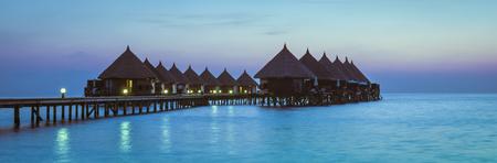 モルディブのリゾートを体感下さい。インド洋に浮かぶ夕日のグランド。リラクゼーションや娯楽のための夜。 写真素材