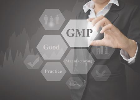 GMP 개념 (좋은 제조 관행)의 프레 젠 테이 션 의미를 보여주는 비즈니스 여자 검은 배경에 원칙. 제조 및 교육에 사용되는 아이디어.