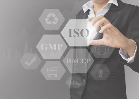 zakenvrouw toont presentatie Food System Industries (ISO, GMP, HACCP) op zwarte achtergrond. concept voor gebruik in bedrijf en opleiding.