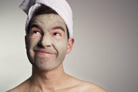 rostro hombre: hombre con una m�scara de barro verde en esta cara, el hombre con la cara expresiva, mirando hacia el lado izquierdo