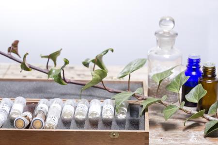 homeopatia: botellas con gl�bulos de homeopat�a y la homeopat�a l�quida Editorial