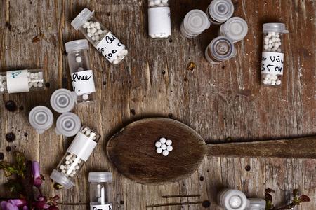 homeopatía: Botellas con la homeopatía homeopatía líquido y glóbulos