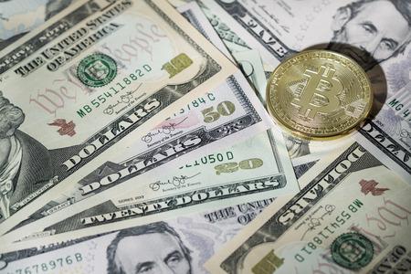 bitcoins and bills Zdjęcie Seryjne