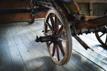 carreta madera: Antigua rueda de carro de madera