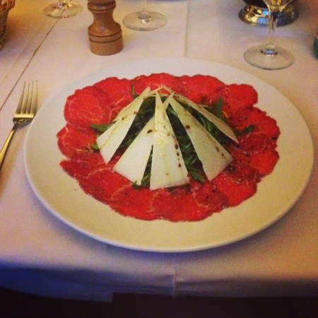 parmezan: Beautiful pyramid of ruccola covered in Parmesan on a bed of carpaccio.