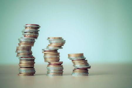 Übereinander gestapelte Münzen, Nahaufnahme, Marktkrise und fragiler Markt
