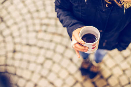 Enjoying Christmas time on the Christmas market. Close up of a cup of mulled wine. Standard-Bild