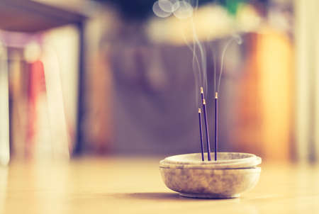 Joss sticks in smoking bowl are smoking and smelling, home, feng shui; Copy space; Standard-Bild