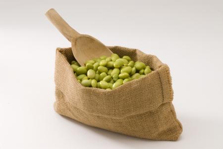 leguminosas: Habas frescas de soja en un fondo blanco saco