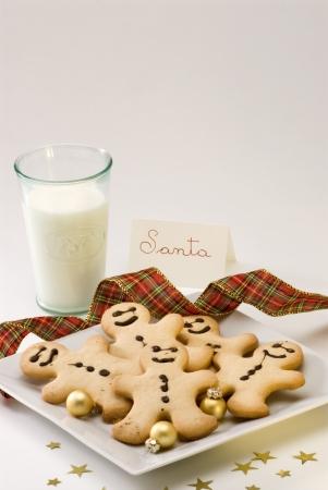 Traditional Christmas Lebkuchen Mann Cookies und ein Glas Milch f�r Santa