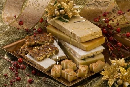 Typische spanische Weihnachten Nougat in einem goldenen Teller Lizenzfreie Bilder
