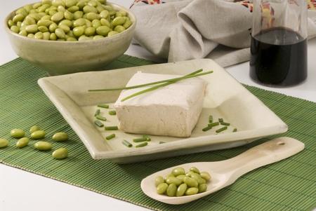 leguminosas: El tofu en un plato de cerámica frijoles de soya frescos en primer plano