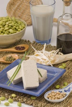 soya: Surtido de productos de soja sobre fondo blanco