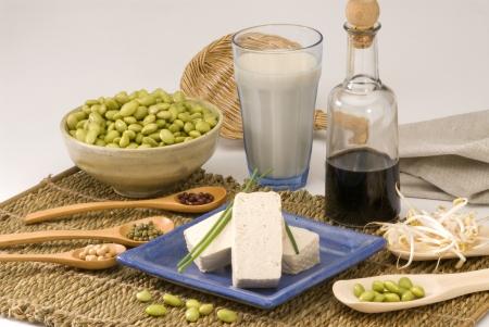 soja: Surtido de productos de soja sobre fondo blanco