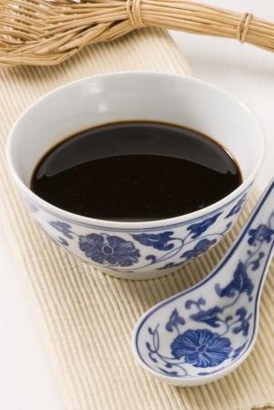 Soy Sauce serviert in einem chinesischen Sch�ssel Sojabohnen im Vordergrund