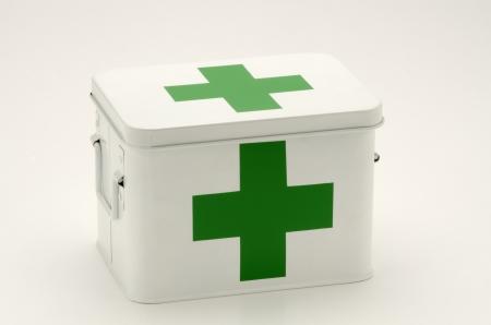 first aid box: Caja de primeros auxilios en el fondo blanco Foto de archivo