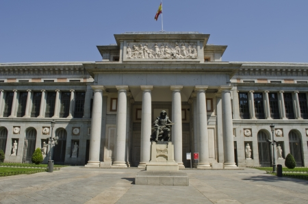 Prado Museum Statue des Malers Diego Velazquez im Vordergrund Madrid Spanien