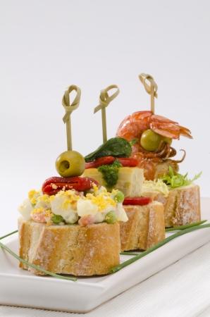 Spanische K�che. Montaditos. Geschnitten Brot garniert mit einer Vielzahl von Vorspeisen. Spanische Tapas.
