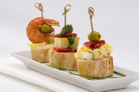 Spanische K?che. Montaditos. Geschnitten Brot garniert mit einer Vielzahl von Vorspeisen. Spanische Tapas.