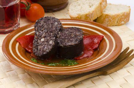 tapas espa�olas: Sangre Tapas espa�olas y arroz salchicha, Estilo Burgos, servido en un plato de cer�mica Morcilla de Burgos enfoque selectivo Foto de archivo