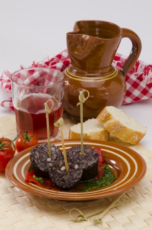 tapas espa�olas: Sangre Tapas espa�olas y arroz salchicha, Estilo Burgos, servido en un plato blanco Morcilla de Burgos