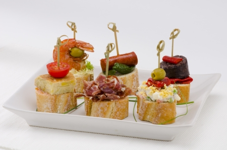 tapas espa�olas: Montaditos cocina espa?ola rebanada de pan cubierto con una variedad de aperitivos tapas espa?olas