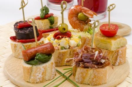 tapas españolas: Montaditos cocina espa?ola rebanada de pan cubierto con una variedad de aperitivos tapas espa?olas