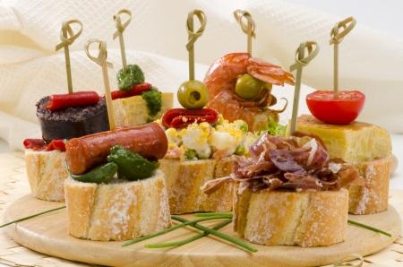Spanische K�che Montaditos Geschnitten Brot garniert mit einer Vielzahl von Vorspeisen spanischen Tapas