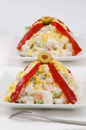 huzarensalade: Spaanse Tapas. Russische salade in een witte plaat. Ensaladilla Rusa. Selectieve aandacht.