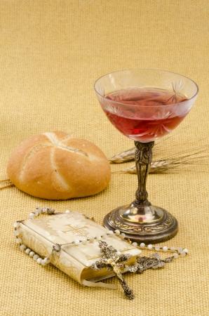 holy communion: Primera Comuni�n composici�n sobre fondo amarillento arpillera
